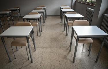 https://www.ragusanews.com//immagini_articoli/31-08-2020/scuola-in-sicilia-questione-di-banchi-240.jpg