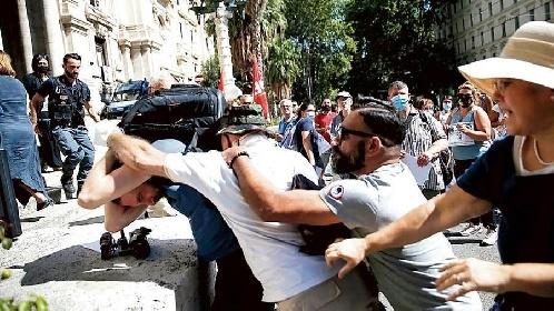 https://www.ragusanews.com//immagini_articoli/31-08-2021/i-no-vax-s-arrabbiano-aggressioni-e-minacce-a-medici-e-giornalisti-280.jpg
