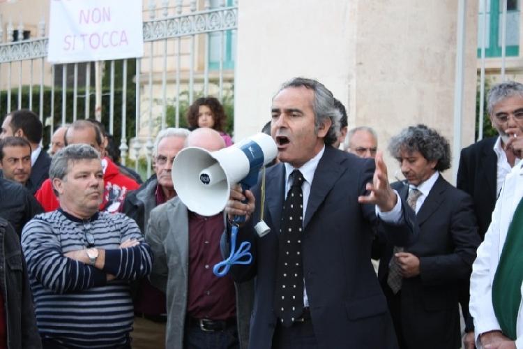 http://www.ragusanews.com//immagini_articoli/31-10-2011/l-on-orazio-ragusa-far-cassa-con-i-piccoli-ospedali-e-un-atto-grave-500.jpg