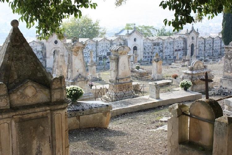 http://www.ragusanews.com//immagini_articoli/31-10-2015/un-bus-navetta-per-il-cimitero-di-scicli-500.jpg
