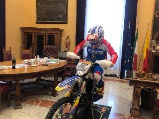 https://www.ragusanews.com//immagini_articoli/31-10-2019/1572535755-sindaco-di-messina-cateno-de-luca-fa-motocross-in-municipio-video-1-240.jpg