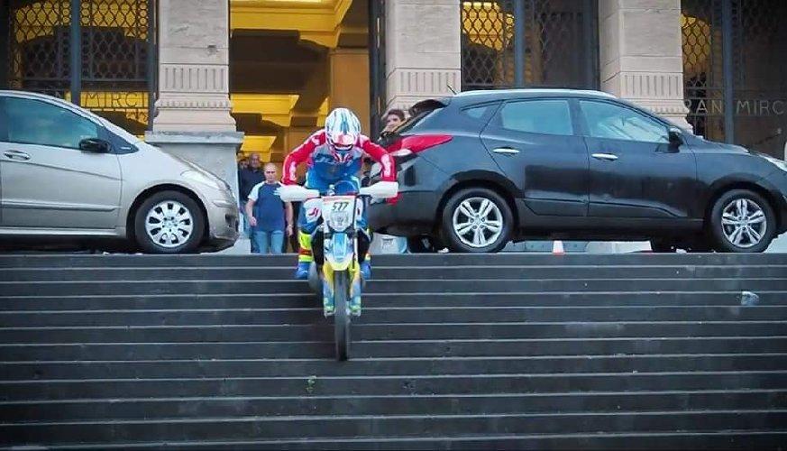 https://www.ragusanews.com//immagini_articoli/31-10-2019/1572535863-sindaco-di-messina-cateno-de-luca-fa-motocross-in-municipio-video-1-500.jpg