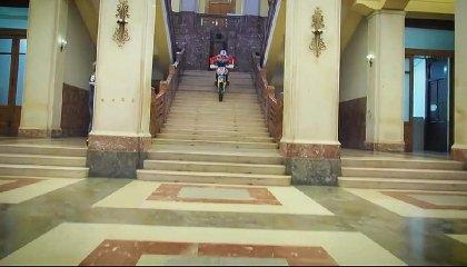 https://www.ragusanews.com//immagini_articoli/31-10-2019/1572535864-sindaco-di-messina-cateno-de-luca-fa-motocross-in-municipio-video-2-240.jpg