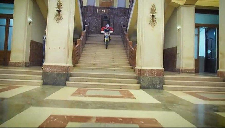 https://www.ragusanews.com//immagini_articoli/31-10-2019/1572535864-sindaco-di-messina-cateno-de-luca-fa-motocross-in-municipio-video-2-500.jpg