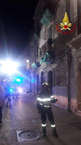 https://www.ragusanews.com//immagini_articoli/31-10-2019/1572550317-tragedia-sfiorata-in-ortigia-casa-si-sbriciola-davanti-ai-passanti-1-500.jpg