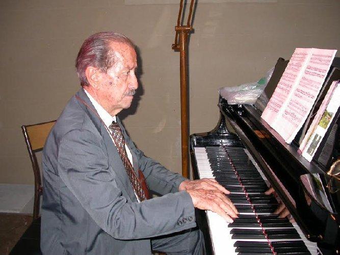 https://www.ragusanews.com//immagini_articoli/31-10-2019/il-maestro-corrado-galzio-compie-100-anni-500.jpg
