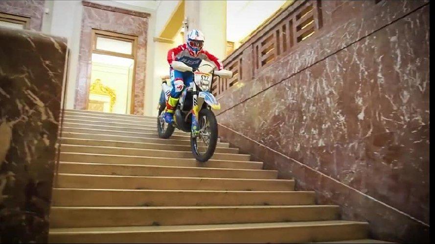 https://www.ragusanews.com//immagini_articoli/31-10-2019/sindaco-di-messina-cateno-de-luca-fa-motocross-in-municipio-video-500.jpg