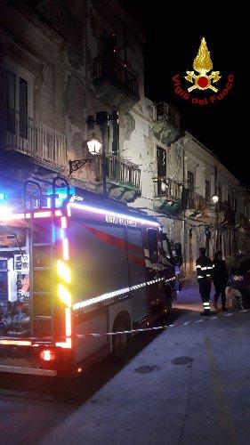https://www.ragusanews.com//immagini_articoli/31-10-2019/tragedia-sfiorata-in-ortigia-casa-si-sbriciola-davanti-ai-passanti-500.jpg