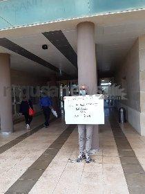 https://www.ragusanews.com//immagini_articoli/31-10-2020/protesta-davanti-l-ospedale-di-ragusa-chiedendo-posto-letto-covid-per-zia-280.jpg