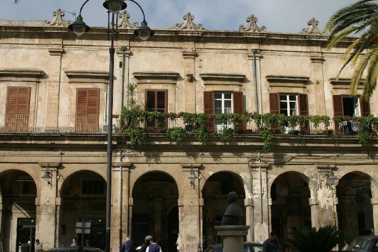 http://www.ragusanews.com//immagini_articoli/31-12-2014/il-vecchio-municipio-di-modica-i-ponti-ri-pulera-500.jpg