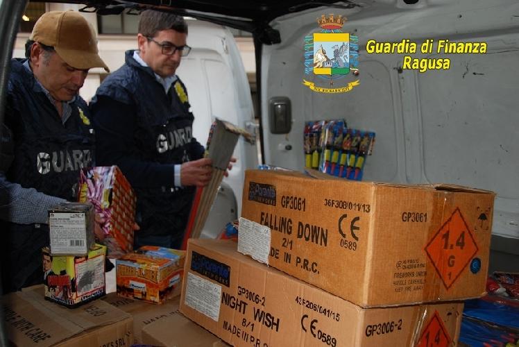 http://www.ragusanews.com//immagini_articoli/31-12-2015/confezionava-fuochi-d-artificio-in-garage-500.jpg