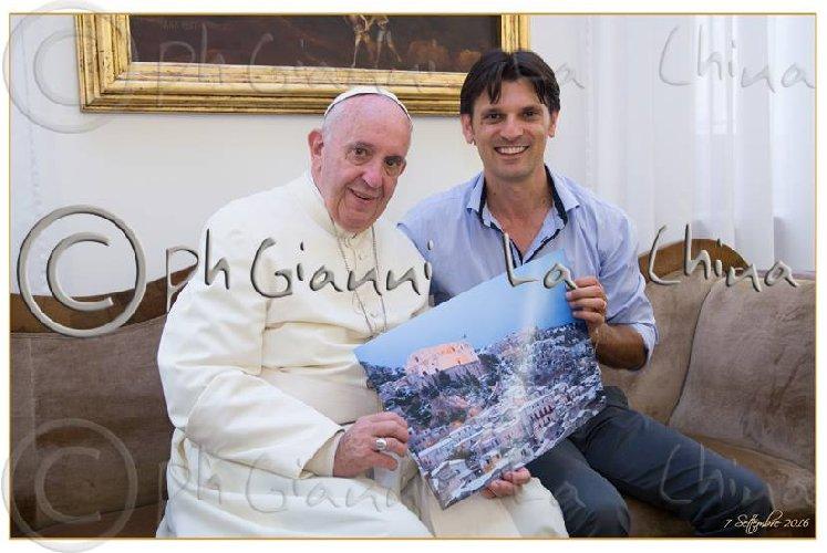 https://www.ragusanews.com//immagini_articoli/31-12-2017/papa-francesco-sceglie-scicli-immagine-personale-presepe-500.jpg
