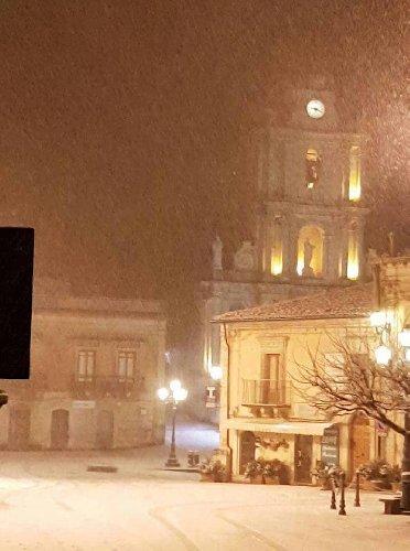 https://www.ragusanews.com//immagini_articoli/31-12-2019/monterosso-velata-di-neve-500.jpg