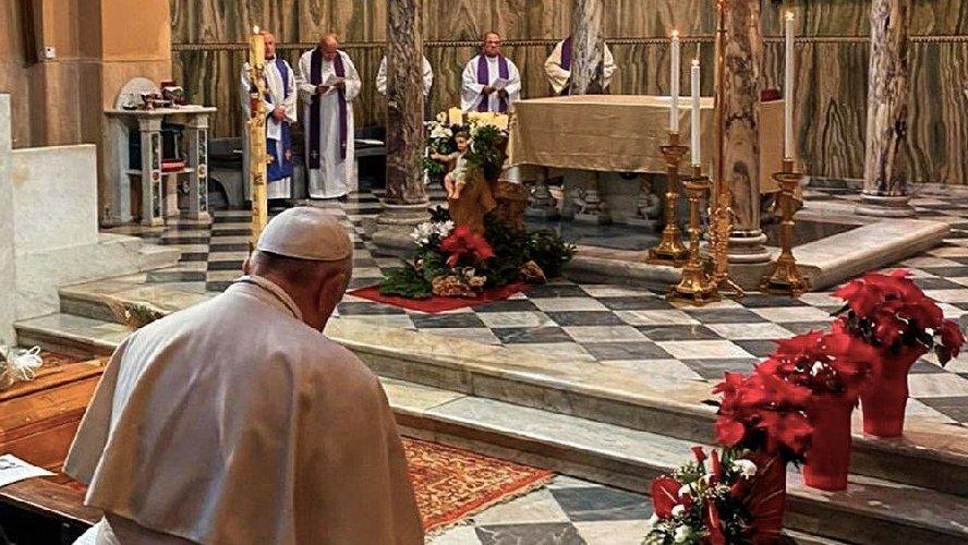 Una fedele lo strattona, Papa Francesco perde la pazienza