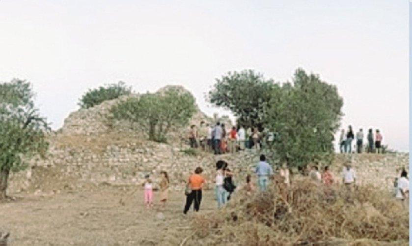 Archeologi polacchi scavano al castello dei tre cantoni scicli for Utensili per prelevare campioni di terreno
