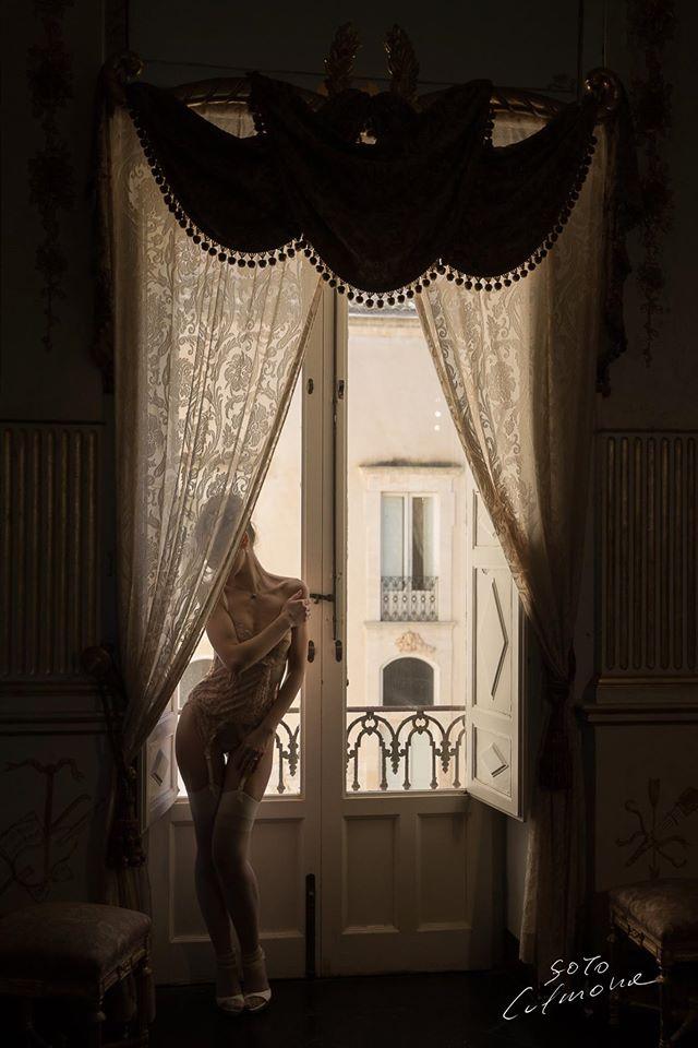 ... - Una modella in guepiere al castello di Donnafugata - RagusaNews