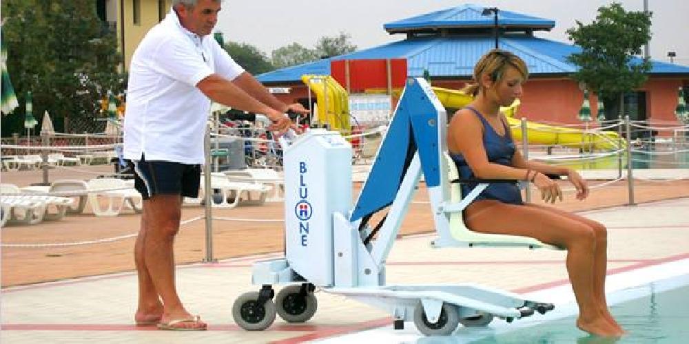 Alla piscina del sole un sollevatore per disabili comiso - Sollevatore piscina per disabili ...