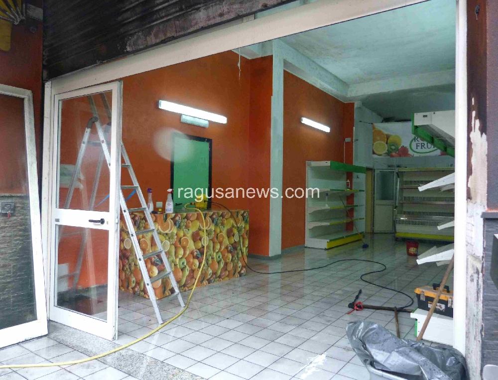 Incendiato un negozio di frutta e verdura a Pozzallo - Cronaca Pozzallo