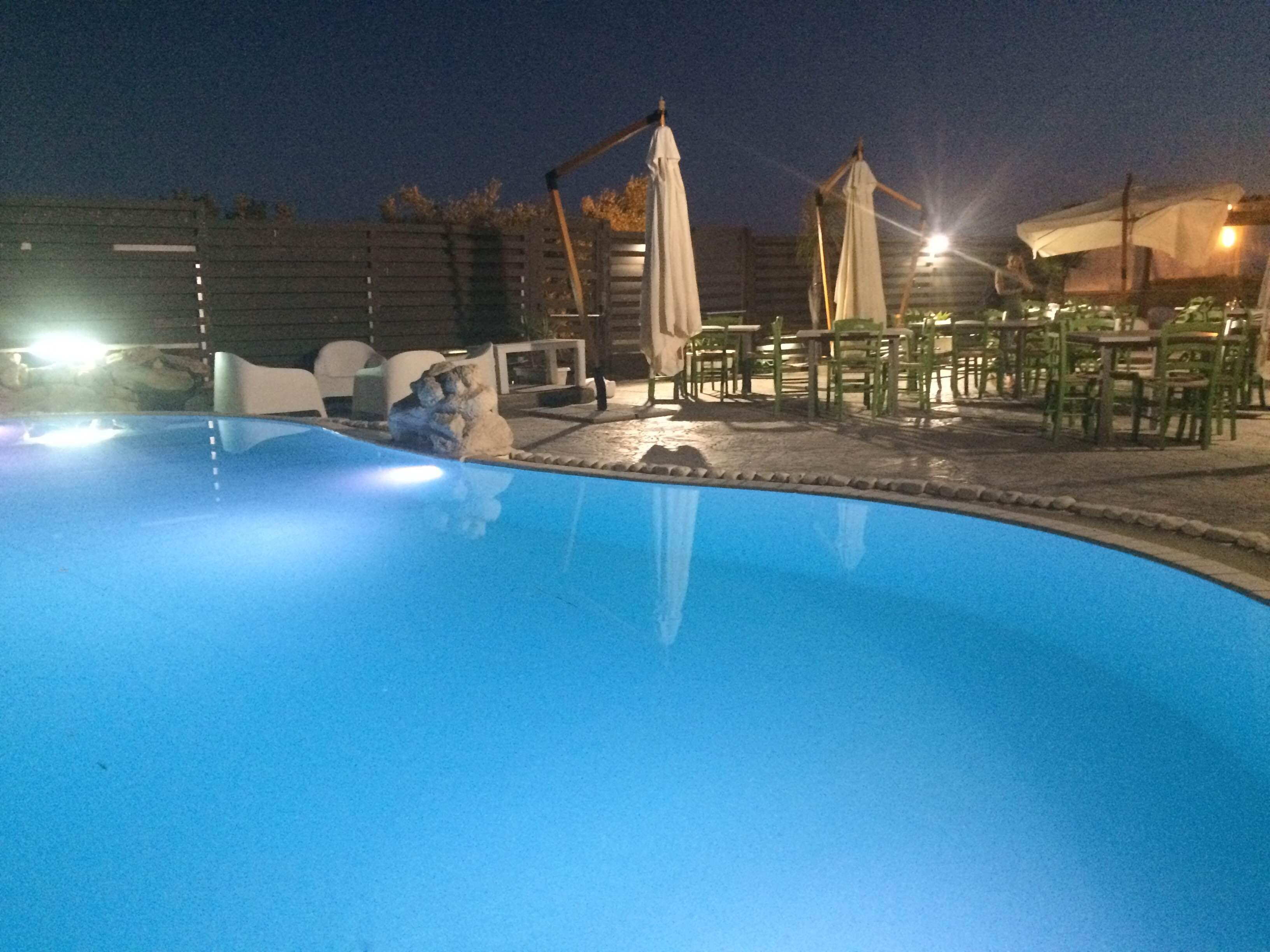 Pubblicit ragusa party in piscina al donnafugata for Piscina party