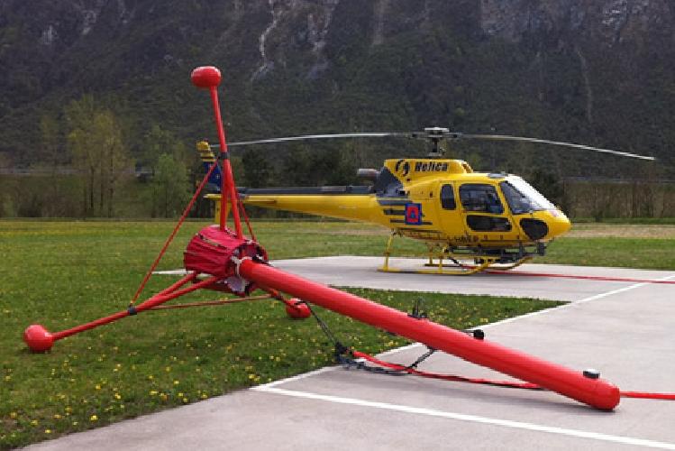 Elicottero Nero E Giallo : Un elicottero giallo cerca rifiuti nascosti e radioattivi