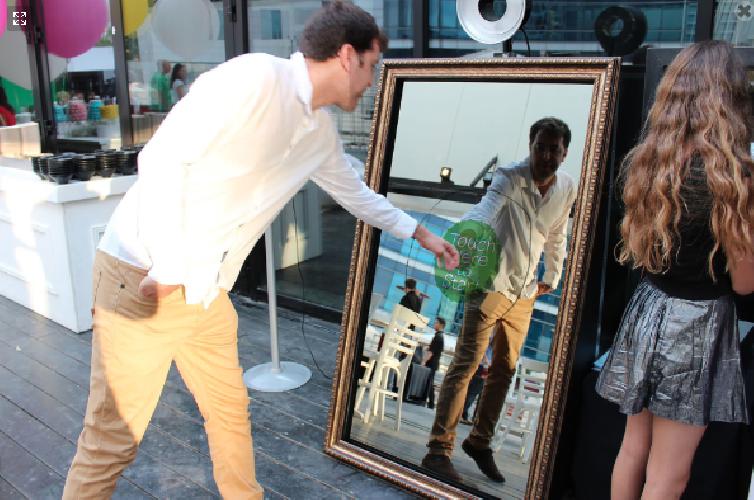Selfie mirror lo specchio magico interattivo nato a siracusa foto - Lo specchio di selfie ...