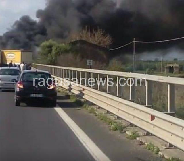 Incidente mortale sulla Catania-Ragusa, uomo carbonizzato dentro l'auto