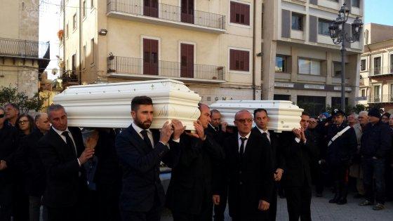 Oggi a Gela i funerali delle sorelline avvelenate dalla madre