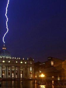 Fulmine su San Pietro