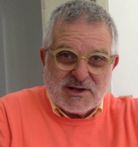 https://www.ragusanews.com/resizer/resize.php?url=https://www.ragusanews.com//immagini_articoli/01-02-2014/1396118063-angelo-buscema-luomo-che-fece-prendere-in-mano-il-mouse-a-piero-guccione.jpg&size=472x500c0