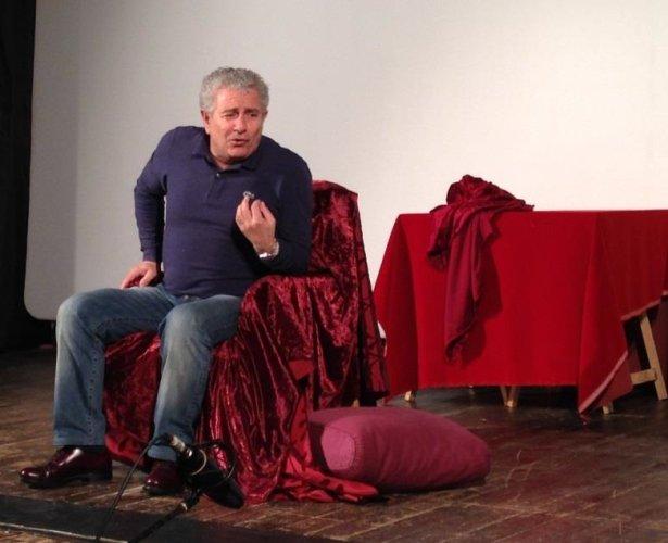 https://www.ragusanews.com/resizer/resize.php?url=https://www.ragusanews.com//immagini_articoli/01-02-2014/1396118066-teatro-la-lezione-di-enrico-guarneri-a-ragusa.jpg&size=615x500c0