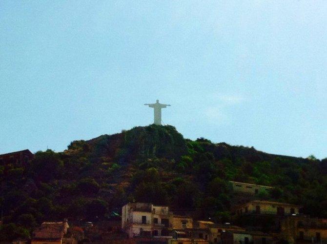 https://www.ragusanews.com/resizer/resize.php?url=https://www.ragusanews.com//immagini_articoli/01-06-2014/1401618567-miracolo-a-modica-e--apparso-il-cristo-di-brasilia.jpg&size=670x500c0