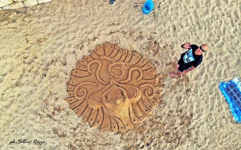 https://www.ragusanews.com/resizer/resize.php?url=https://www.ragusanews.com//immagini_articoli/01-06-2019/1559422317-1-le-sculture-di-sabbia-mare-di-montalbano-foto.jpg&size=803x500c0