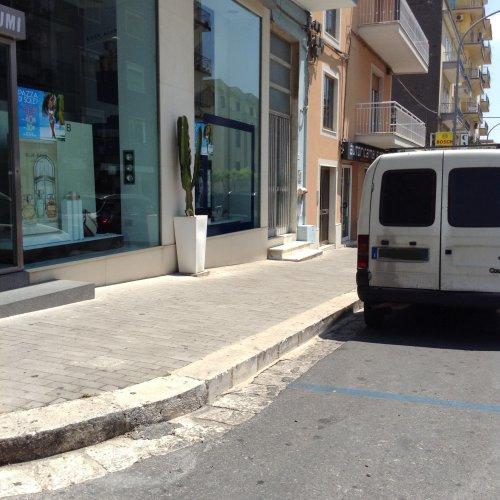 https://www.ragusanews.com/resizer/resize.php?url=https://www.ragusanews.com//immagini_articoli/01-08-2015/1438456031-1-a-ragusa-si-puo-parcheggiare-anche-contro-la-legge.jpg&size=500x500c0