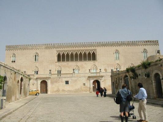 https://www.ragusanews.com/resizer/resize.php?url=https://www.ragusanews.com//immagini_articoli/01-09-2012/1396121647-29-agosto-castello-di-donnafugata-chiuso-al-pubblico-e-polemica.jpg&size=666x500c0
