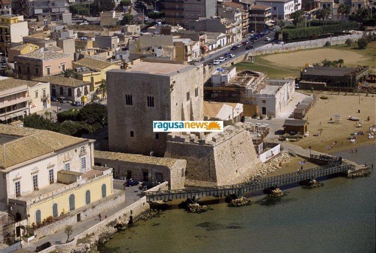 https://www.ragusanews.com/resizer/resize.php?url=https://www.ragusanews.com//immagini_articoli/01-10-2012/1396121501-la-torre-di-pozzallo-da-palazzo-a-fortezza-i-segreti-di-torre-cabrera.jpg&size=744x500c0