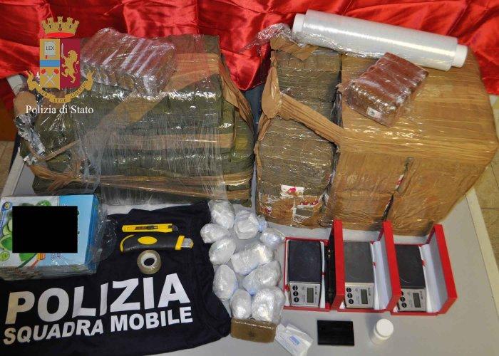 https://www.ragusanews.com/resizer/resize.php?url=https://www.ragusanews.com//immagini_articoli/02-02-2019/1549096834-1-arrestati-albanesi-droga-avevano-chili-hashish.jpg&size=700x500c0
