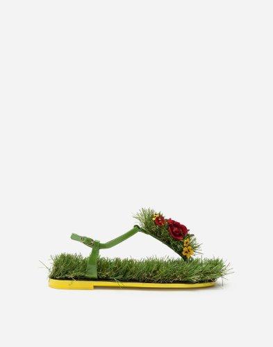 https://www.ragusanews.com/resizer/resize.php?url=https://www.ragusanews.com//immagini_articoli/02-04-2019/1554232520-1-le-scarpe-che-andranno-di-moda-estate-2019-le-infradito-col-prato.jpg&size=393x500c0