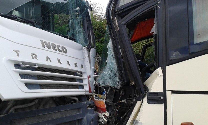 https://www.ragusanews.com/resizer/resize.php?url=https://www.ragusanews.com//immagini_articoli/02-05-2016/1462203889-1-incidente-fra-un-camion-betoniera-e-un-autobus.jpg&size=833x500c0
