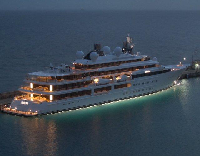https://www.ragusanews.com/resizer/resize.php?url=https://www.ragusanews.com//immagini_articoli/02-08-2018/1533240897-1-yacht-arrivato-katara.jpg&size=640x500c0