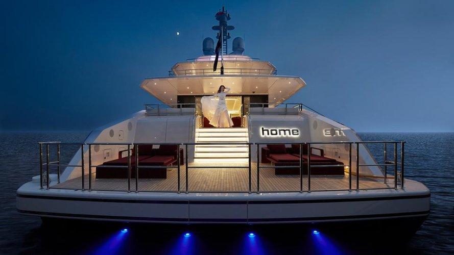 https://www.ragusanews.com/resizer/resize.php?url=https://www.ragusanews.com//immagini_articoli/02-08-2019/1564777815-2-tenetevi-forte-e-arrivato-home-lo-yacht-ibrido-che-non-inquina-foto.jpg&size=889x500c0