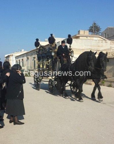 https://www.ragusanews.com/resizer/resize.php?url=https://www.ragusanews.com//immagini_articoli/02-10-2014/1412201667-1-giovane-montalbano-funerale-barocco-in-riva-al-mare.jpg&size=396x500c0