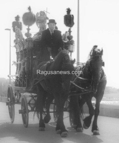 https://www.ragusanews.com/resizer/resize.php?url=https://www.ragusanews.com//immagini_articoli/02-10-2014/1412286236-1-giovane-montalbano-funerale-barocco-in-riva-al-mare.jpg&size=418x500c0