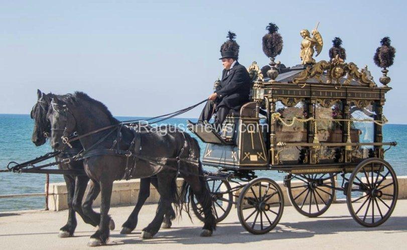 https://www.ragusanews.com/resizer/resize.php?url=https://www.ragusanews.com//immagini_articoli/02-10-2014/1412286236-2-giovane-montalbano-funerale-barocco-in-riva-al-mare.jpg&size=811x500c0
