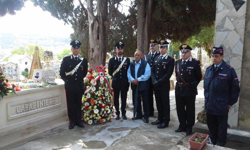 https://www.ragusanews.com/resizer/resize.php?url=https://www.ragusanews.com//immagini_articoli/02-11-2015/1446493901-0-commemorato-il-carabiniere-garofalo.jpg&size=833x500c0