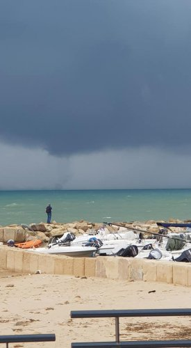 https://www.ragusanews.com/resizer/resize.php?url=https://www.ragusanews.com//immagini_articoli/02-11-2018/1541158681-1-tromba-marina-largo-coste-ragusane-video.jpg&size=275x500c0