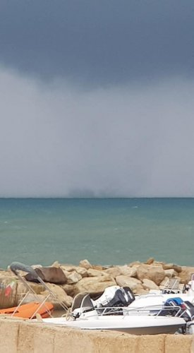 https://www.ragusanews.com/resizer/resize.php?url=https://www.ragusanews.com//immagini_articoli/02-11-2018/1541158681-2-tromba-marina-largo-coste-ragusane-video.jpg&size=275x500c0