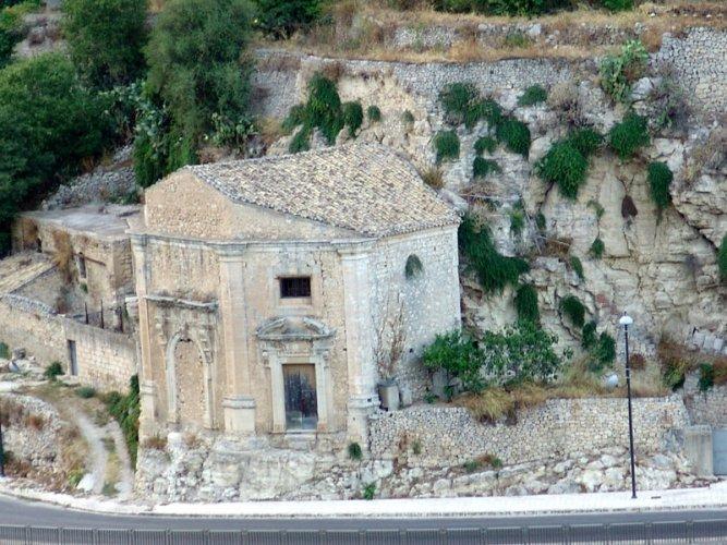 https://www.ragusanews.com/resizer/resize.php?url=https://www.ragusanews.com//immagini_articoli/03-02-2014/1396118049-aaa-ragusa-vendesi-chiesa-del-seicento-iscritta-patrimonio-unesco.jpg&size=667x500c0