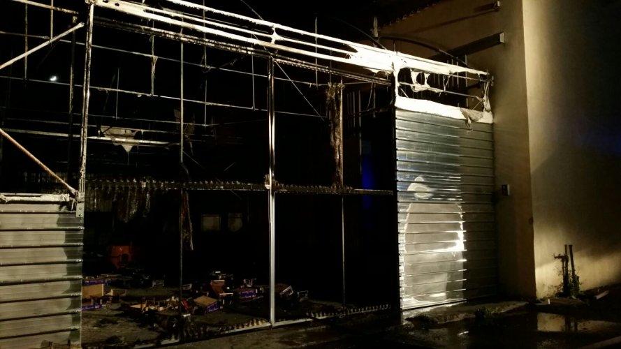 https://www.ragusanews.com/resizer/resize.php?url=https://www.ragusanews.com//immagini_articoli/03-04-2017/1491205254-2-incendiato-capannone-commercializzazione-ortofrutta.jpg&size=889x500c0