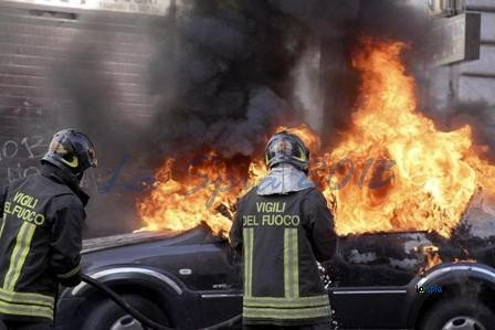 https://www.ragusanews.com/resizer/resize.php?url=https://www.ragusanews.com//immagini_articoli/03-05-2015/1430658548-0-incendiate-due-auto-a-vittoria.jpg&size=749x500c0