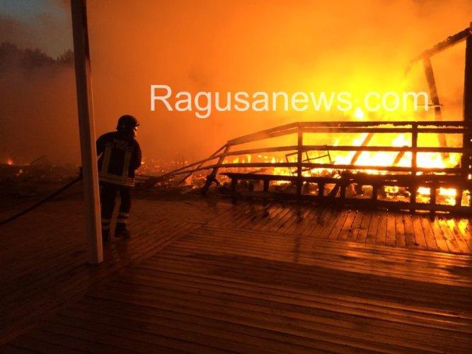 https://www.ragusanews.com/resizer/resize.php?url=https://www.ragusanews.com//immagini_articoli/03-07-2014/1404375661-1-incendio-doloso-ai-danni-del-pappafico-di-sampieri.jpg&size=667x500c0